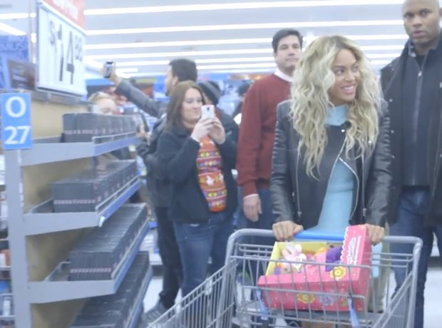 Beyonce Shopping with a trolley