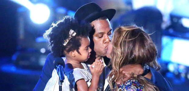 Jay Z kissing Beyonce at MTV VMAs 2014