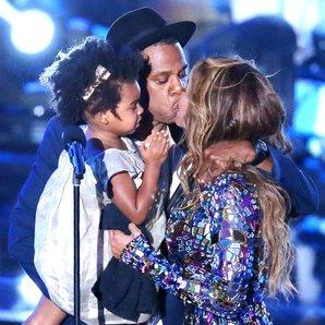 Jay Z kissing Beyonce at MTV VMAs 2014