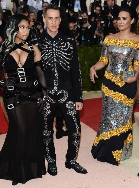 Nicki Minaj gives Demi Lovato the side eye at Met
